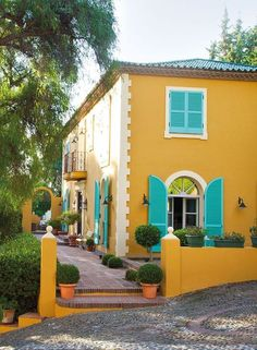 i love this color scheme! happiest house ever! House of Turquoise: Vanda Jewes Stucco Colors, Exterior Paint Colors For House, Paint Colors For Home, Exterior Colors, Yellow House Exterior, House Of Turquoise, Style At Home, Design Exterior, Exterior Signage