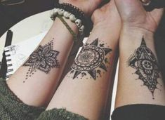 Henna tattoos are a beautiful and traditional way of doing temporary body art. Check out these 25 beautiful Henna tattoo designs to get you inspired! Sexy Tattoos, Mini Tattoos, Body Art Tattoos, Henna Tattoos, Tatoos, Small Tattoos, Floral Tattoos, Thigh Tattoos, Geometric Tattoos