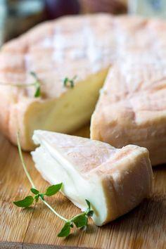 Voici les 40 fromages préférés des Français - Elle à Table Epoisses, Munster, Queso Cheese, Savarin, Saveur, A Table, Camembert Cheese, A Food, Snacks