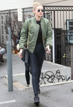 How to Look Chic on the Weekends, According to Gigi Hadid Legging Outfits, Black Leggings Outfit, Estilo Gigi Hadid, Gigi Hadid Style, Miranda Kerr, Kendall Jenner, Capsule Wardrobe, Cool Bomber Jackets, Leggings Negros