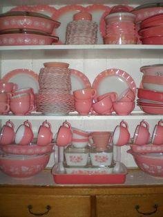 I love vintage Pyrex, and I'd love to have some pretty pink! Pyrex Vintage, Vintage Kitchenware, Vintage Dishes, Vintage Glassware, Antique Dishes, Love Vintage, Vintage Pink, Vintage Decor, Vintage Antiques