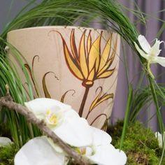Bio-Urne mit von Hand aufgetragenem Blumen-Motiv