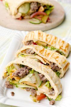 Die Low Carb Big Mac Rolle mit Hackfleisch, Gurken, Tomaten, Käse und köstlichem Big Mac Dressing ist eins meiner neuen Lieblingsrezepte! Super sättigend, ein schnelles Low Carb Abendessen und so so lecker!