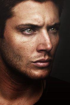 Jensen Ackles. Nous pouvons apercevoir un homme qui regarde sur le côté avec un regard percant. J'aime de cette oeuvre l'émotion qui déguage de ce regard, il est très virile