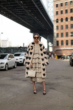 street style / faux fur coat / layering / monochromatic look Mode Chic, Mode Style, Style Me, Mode Outfits, Fashion Outfits, Womens Fashion, Fashion Trends, Fall Outfits, Fashion Ideas