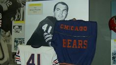 Brian Piccolo (October 1943 – June was a professional football player, a running back for the Chicago Bears for four years and roommate of Gale Sayers. Piccolo died at age 26 from embryonal cell carcinoma first diagnosed after it had spread t Football 101, Football Movies, Bears Football, Football Players, Barry Seal, Paula Jones, Brian's Song, Gale Sayers, Jeanne Crain