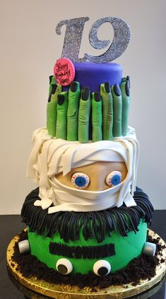 Halloween Cake of Frankenstein and Mummy. Oh so scary! Great for halloween birthdays! Halloween Torte, Bolo Halloween, Dulces Halloween, Dessert Halloween, Halloween Birthday, Halloween Treats, Halloween Mantel, Halloween Clothes, Halloween Costumes