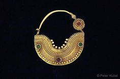 India | Nose-ring in pure gold with amazing granulation work and colored glass beads. | Gujarat, ca 1900