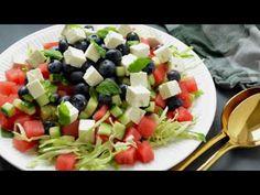 Fantastisk sommersalat med spidskål og et friskt miks af vandmelon, agurk og blåbær. Tilføjelsen af feta er det sidste touch, der gør vandmelonsalaten helt uimodståelig. Fruit Salad, Cobb Salad, Dinner, September, Food, Dining, Fruit Salads, Dinners, Meals