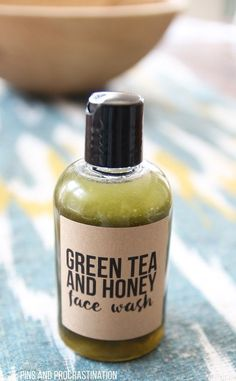 Green tea is amazing for your skin. That's what makes this all natural DIY face wash so great. It is perfect for people with sensitive skin, and it is naturally anti-inflammatory. And unlike a lot of homemade face washes, it actually has some foaming acti Homemade Face Wash, Homemade Skin Care, Diy Skin Care, Homemade Facials, Homemade Face Cleanser, Homemade Scrub, Green Tea Face, Green Tea And Honey, Diy Cosmetic