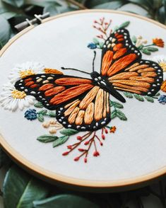 Hand Embroidery Design Patterns, Hand Embroidery Projects, Basic Embroidery Stitches, Hand Embroidery Flowers, Embroidery On Clothes, Flower Embroidery Designs, Creative Embroidery, Simple Embroidery, Embroidery Hoop Art