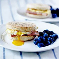 Want something savory for breakfast? Try this Egg, Ham, and Cheddar Breakfast Sandwich! Egg Recipes, Brunch Recipes, Breakfast Recipes, Cooking Recipes, Healthy Recipes, Breakfast Sandwiches, Health Breakfast, Breakfast Time, Gastronomia