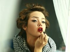 I like her vintage makeup style..... really cute. :)
