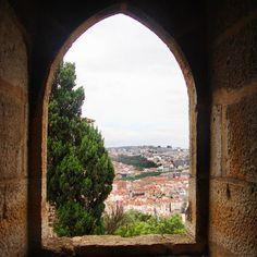 O Castelo de São Jorge é um monumento medieval construído no  século XI ainda pelos muçulmanos . Nele também encontra-se um sítio arqueológico da cidadela mourisca. O castelo foi o epicentro da construção da lisboa cristã. #abussolaquebrada #Lisboa #Portugal #medieval #castelo #saojorge #história #unidosporai #unitedaround