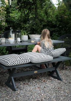 www.digsdigs.com 30-chic-black-and-white-outdoor-spaces pictures 76087