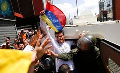Antes de entregarse voluntariamente a un sistema judicial que sabía injusto, antes de que el chavismo confeccionara toscamente contra él un caso de asesinatos y comenzara a llamarle el Monstruo de Ramo Verde, y antes que sus propios compañeros en la oposición venezolana le dieran la espalda, Leopoldo López pasó días pensando en la responsabilidad…