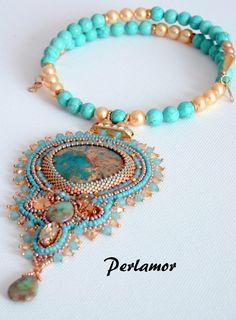Collier couleur bleu turquoise et doré entièrement brodé à l'aiguille par des micro perles