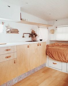 Looking for travel trailer remodel ideas? We have found some of the best caravan renovation ideas and put them all into one great post. Travel Trailer Interior, Small Travel Trailers, Travel Trailer Remodel, Rv Interior, Rv Travel, Small Camper Interior, Airstream Remodel, Airstream Renovation, Interior Design