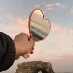 A felicidade é sua natureza.  Não é errado desejá-la. O que é errado é procurar fora quando ela está dentro. Buda