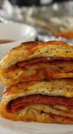Pepperoni Stromboli This is great as a main dish or an appetizer. You can change the ingredients to your liking, we prefer the pepperoni. Serve this with pizza sauce for dipping. Stromboli Recipe Pepperoni, Homemade Stromboli, Pepperoni Bread, Pepperoni Rolls, Calzone Recipe, Easy Bread Recipes, Honey Recipes, Pizza Recipes, Hamburgers