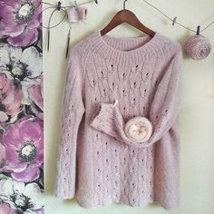 Готов пуловер для мамы⚘ жаль не для моей- ей бы понравился, ведь вязать мама меня научила, ещё в школьные годы.. Пуловер был на заказ, цвет и рисунок-выбор заказчика, на р-р 48, поэтому мне большеват, на фото видно. Выполнен из пряжи Industria italiana Suez (меринос,кашемир,вискоза,па) с ниткой кидмохера. За пряжу спасибо Татьяне @dolce_filato #вяжусвитер#вязаннаяодежда#вяжутнетолькобабушки#вязатьмодноитепло#вязаниебезшвов