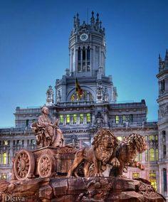 La fuente Cibeles y el Palacio de Comunicaciones en Madrid. España.