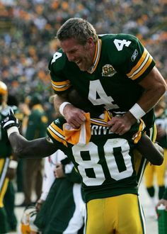Brett & Donald were always laughing & throwing one another over their shoulder after a touchdown. Loved watching them, miss them. Green Bay Packers Cheesehead, Go Packers, Green Bay Packers Fans, Packers Football, Football Memes, Sport Football, Football Season, Football Crafts, Greenbay Packers