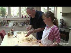 Bijgestaan door zijn kleindochter Stella maakt Cees Holtkamp Utrechtse sprits zoals die ook terug te vinden is in het boek …
