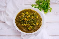 Quick and Easy Indian Palak Chicken Curry. Great eaten with naan bread to mop up that deliciousness Vegetarian Tart, South African Recipes, Ethnic Recipes, Palak Chicken, Lamb Curry, Gluten Free Rice, Spinach Stuffed Chicken, Tamarind, Indian Dishes