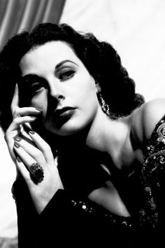 Hedy Lamarr: The Hollywood Starlet Who Made Wi-Fi and Bluetooth Possible Hollywood Glamour Photography, Old Hollywood Glamour, Golden Age Of Hollywood, Vintage Glamour, Vintage Hollywood, Classic Hollywood, Hollywood Images, Hollywood Style, Vintage Beauty