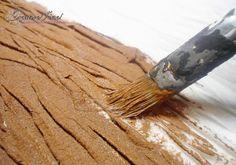 Сегодня я покажу, как можно сделать имитацию древесной коры. Материалов нам понадобится совсем немного (количество указано для странички размером 20 на 20 см): - Клей ПВА (да-да-да, не удивляйтесь) - 125 мл - Медицинский бинт из нетканого материала - 1 упаковка - Акриловые краски нужных оттенков (у меня черный, жженая умбра, жженая сиена и золото) - Кисточка для клея - обязательно плоская из п…