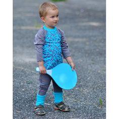 Spodnie haremki z ciepłej, szarej dresówki z turkusowym ściągaczem i kieszenią przeszytą ozdobną, turkusową nitką. Dresówka z certyfikatem GOTS: 95% bawełna organiczna, 5% elastan.