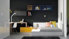 Original cama en el dormitorio junto con un amplio escritorio ocupando toda la esquina de la habitación