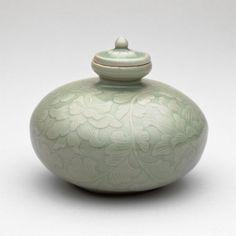"""корейско-арт """":"""" Покрытый Нефть бутылки с цветением лотоса и прокруткой Листья Goryeo династии 12-го века """"Из Института искусств Чикаго.  """""""