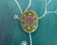 Lilly piedra pintada a mano mandala