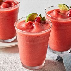 A frozen virgin strawberry margarita is a refreshing way to cool down on warm days. This margarita mocktail which calls for only five ingredients uses a bit of agave nectar to blunt the tartness of lime juice and fresh strawberries. Drink Recipes Nonalcoholic, Frozen Drink Recipes, Easy Alcoholic Drinks, Frozen Drinks, Drinks Alcohol Recipes, Healthy Drinks, Frozen Fruit, Healthy Food, Non Alcoholic Margarita