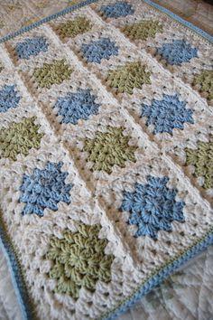 Manta de grannies a 3 colores, centro en azul o verde y fondo en blanco.