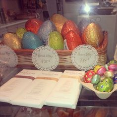 Huevos de chocolate de Simon Coll #migaspanybolleria #alicantegram #Alicante #alicantephoto #alicantecity #tiamaria #cumpleaños #instagramers #instalike #instalicante #igersalicante #igers #instafriends #instamood #incostabrava #iphonepics #instadaily #instagood #love #panaderia #pan #photooftheday #tweegram #iphoneasia #me #picoftheday #pastel #tarta #cake