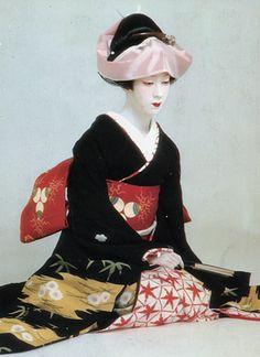 このたびは江戸時代の美人画風にまとめました 格調の高い黒地に淡い色合いで松竹梅の柄を散らし