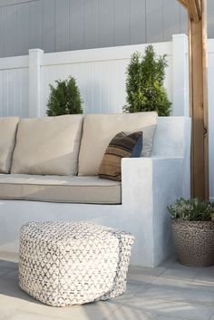 garden sofa Custom Stucco Seating DIY - how to make concrete built-in sofa Outside Seating, Backyard Seating, Backyard Patio Designs, Outdoor Seating Areas, Backyard Landscaping, Outdoor Sofa, Outdoor Decor, Outdoor Living, Built In Garden Seating