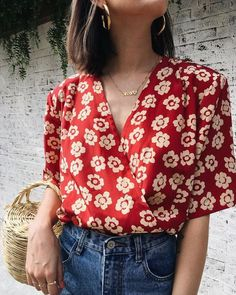 Diese rote Bluse ist der Blickfänger! In Wickeloptik und mit Blumendruck.