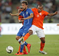 Claudio Marchisio (L) of Italy competes for the ball with Nigel De Jong of Netherlands during the international friendly match between Italy and Netherlands at Stadio San Nicola on September 4, 2014 in Bari, Italy.