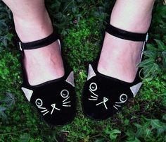Schuhe  bestickt Kitty Wohnungen Mary Janes  Katze von emandsprout, $25.00