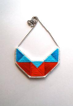 Collana bavaglino ricamato istruzione geometriche in rosso e blues su crema mussola con feltro d