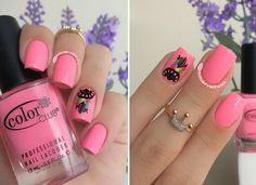 Pink nails. Flowers nail art. Filter of Dreams Nail design. Polishes. Polish. by @micarvalhoo Anel - Semi Jóia - Agridoce Fashion; Esmalte - Yum Gum - Esmalte Bonito; Adesivo - Apanhador de Sonhos - Esmalte Bonito.