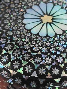 螺鈿 澤井工房 All Japanese, Antique Boxes, Illusion Art, Dot Painting, Coat Of Arms, Craft Work, Decorative Objects, Perfume, Handicraft