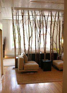 rusticidade e simplicidades nesse painel de troncos finos de árvores | imagem: tbou designer