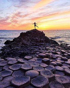 𝘛𝘩𝘦𝘳𝘦'𝘴 𝘢 𝘴𝘶𝘯𝘳𝘪𝘴𝘦 𝘢𝘯𝘥 𝘴𝘶𝘯𝘴𝘦𝘵 𝘦𝘷𝘦𝘳𝘺 𝘴𝘪𝘯𝘨𝘭𝘦 𝘥𝘢𝘺 𝘢𝘯𝘥 𝘵𝘩𝘦𝘺'𝘳𝘦 𝘢𝘣𝘴𝘰𝘭𝘶𝘵𝘦𝘭𝘺 𝘧𝘳𝘦𝘦. The Giants Causeway Northern Ireland . Northern Ireland Tourism, Ireland Travel, Wild Atlantic Way, Emerald Isle, What A Wonderful World, Singles Day, Belfast, Wonders Of The World, Most Beautiful Pictures