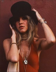 Stevie Nicks rose to stardom as a part of one of the most legendary bands of the blues-tinged rock band Fleetwood Mac, and later with her prolific solo career. Not only did her perseverance. Rock Chic, Glam Rock, Fashion Mode, 70s Fashion, Hippy Fashion, Fashion Beauty, Fashion Rocks, Fashion Check, Woman Fashion