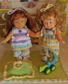 Coraline et Mandyne sont dans leur chambre et profitent de cet après-midi plutôt maussade pour s'amuser.  ... Knit Crochet, Crochet Hats, Baby Needs, Knitted Dolls, Vintage Dolls, American Girl, Baby Dolls, Coraline, Doll Clothes